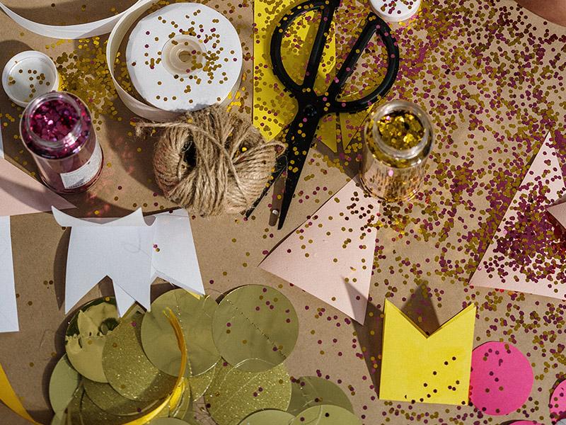 une photo avec diverses fournitures d'artisanat comme du papier de ciseaux à paillettes